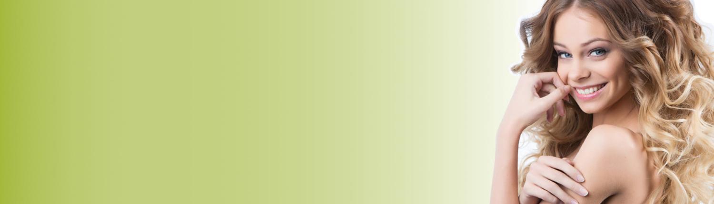 Eine lächelnde Frau mit grünem Hintergrund