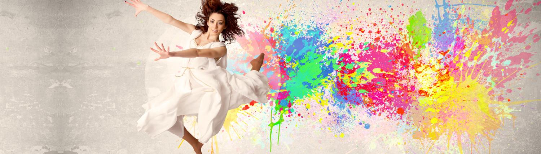 Tanzende schöne Frau mit bunten Farbspritzern