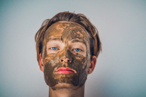 junger hübscher Mann mit Gesichtsmaske